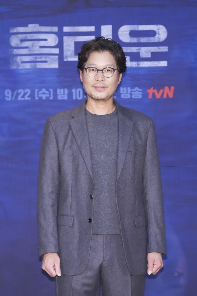 유재명은 '홈타운'에서 참혹한 테러범죄로 아내를 잃은 강력반 형사 최형인 역을 맡았다. /사진제공=tvN