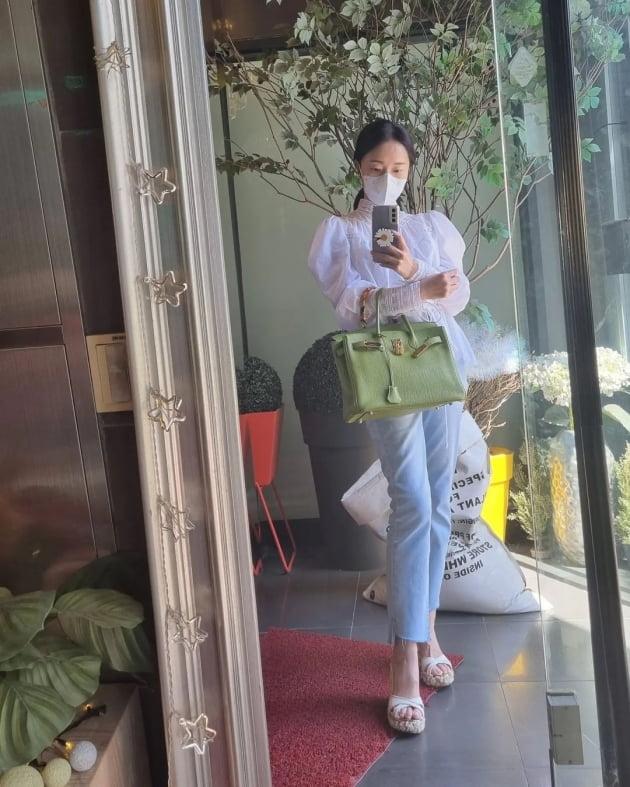 """'3살 연하 의사♥' 이정현, 명품 H사 토트백 들고 고개 살짝 꺽어 우아美 """"여름"""" [TEN★]"""