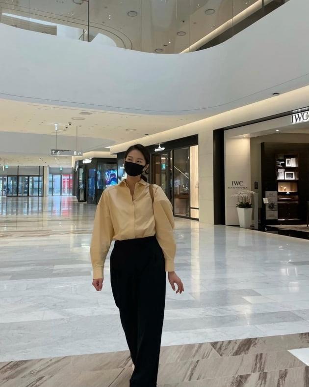"""'전진♥' 류이서, 백화점 명품관 구경 중 """"마네킹 포즈""""…마네킹과 판박이 몸매 [TEN★]"""