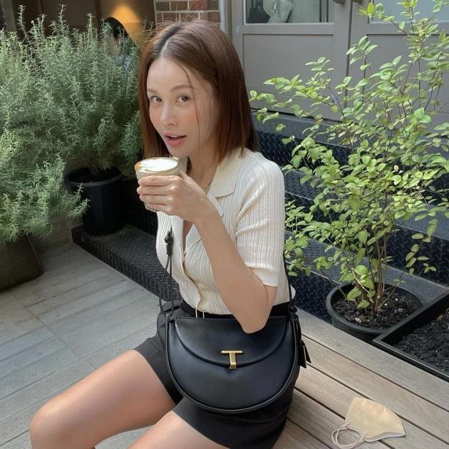 "'49kg' 아이비, 37만원짜리 가방 메고 찡그린 표정 ""커피 한 잔"" [TEN★]"