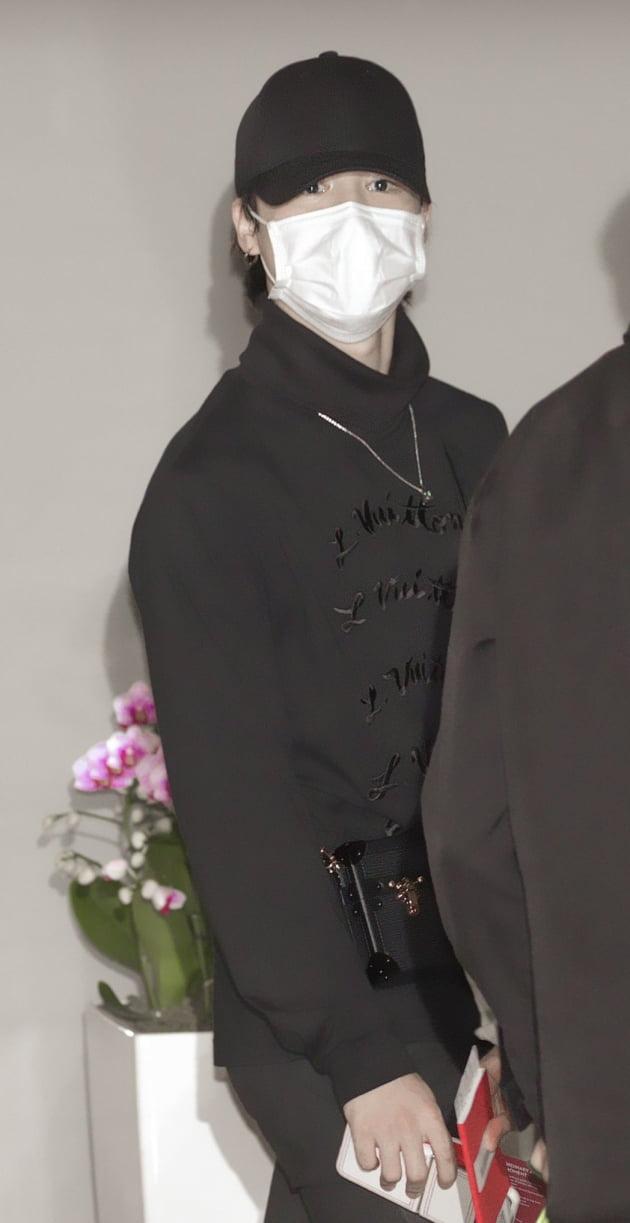 방탄소년단 지민, L사 명품 '올블랙 공항패션'…UN 총회 '출국길' 달궜다