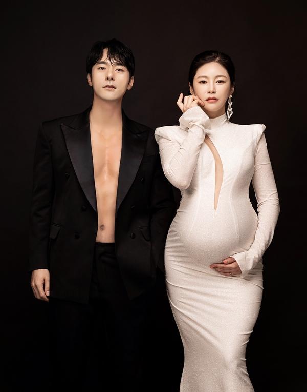 윤주만-김예린 부부 만삭화보./ 사진제공=해피메리드컴퍼니