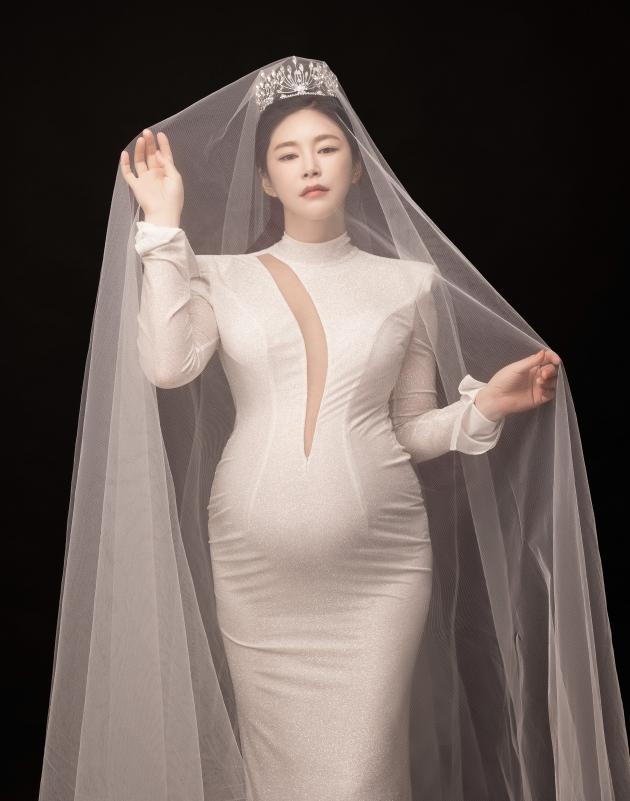'몸짱 부부' 윤주만♥김예린, 파격적인 D라인 '만삭 화보'