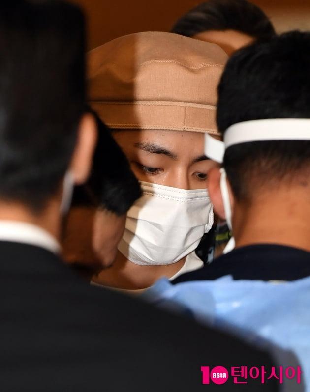 [TEN 포토] 방탄소년단 뷔 '공항에서 빛나는 외모'