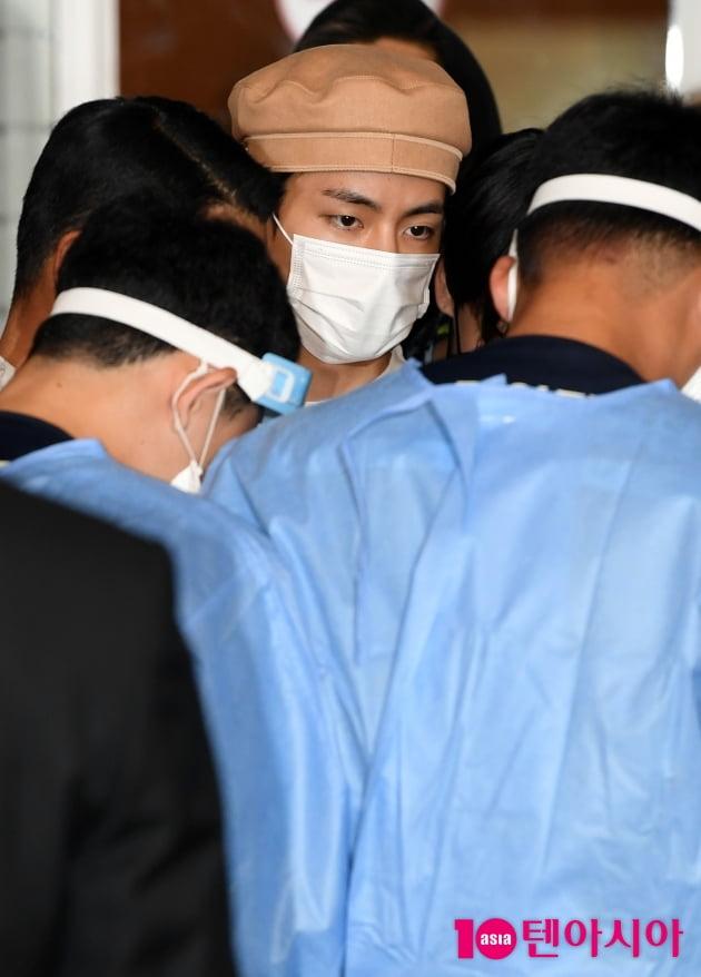 [TEN 포토] 방탄소년단 뷔 '공항에서 검역도 철저히'
