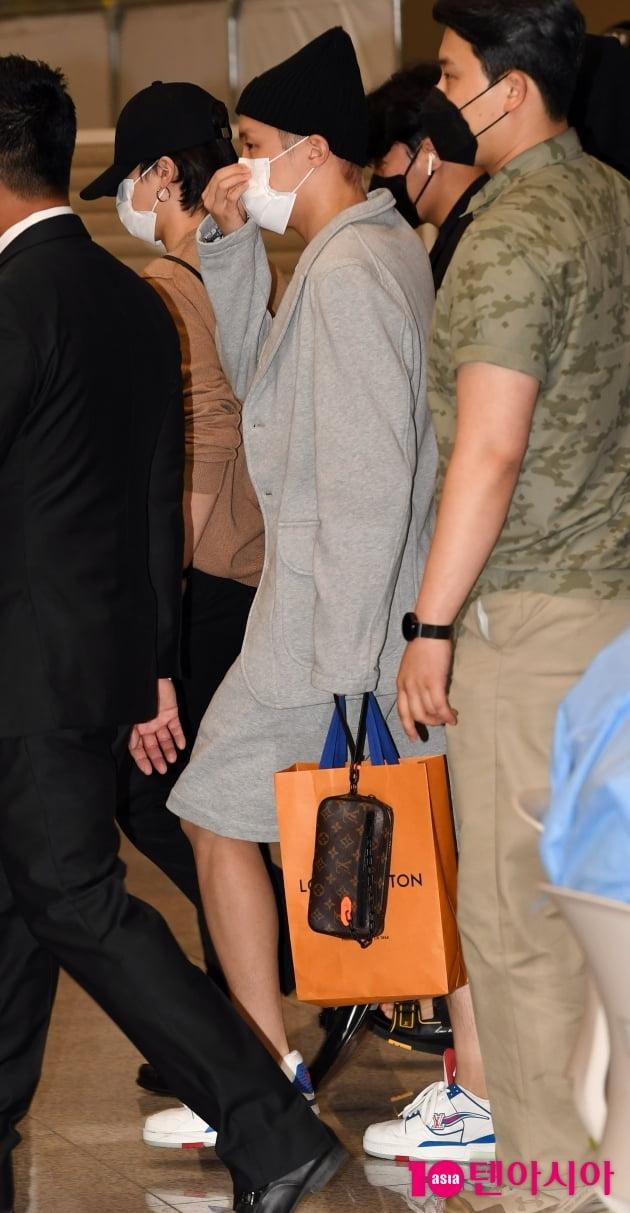 [TEN 포토] 방탄소년단 제이홉 '패셔니스타의 화려한 공항패셩'