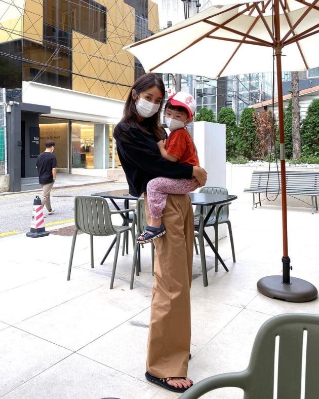 "'52kg' 김빈우, ""가족과 함께"" 압구정 나들이…누가 애둘맘으로 보겠어 [TEN★]"