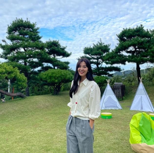 "'49kg 애엄마' 김성은, 평범한 오피스룩을 화보 의상으로 만드는 비주얼 ""촬영 중"" [TEN★]"