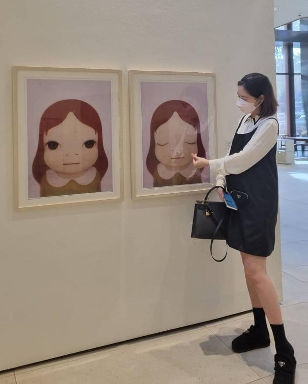 """'쌍둥이 임신' 성유리, D라인 """"살짝 보여""""…명품백 메고 그림 전시회서 태교 [TEN★]"""