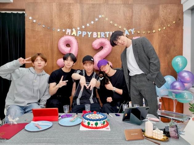 """몬스타엑스, '♥몬베베' 위해 온택트 생일 파티 개최 """"여섯 번째 생일 축하해"""""""