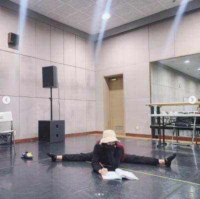 오정연, 다리 180도 찢고 대본 연습 중 [TEN★]