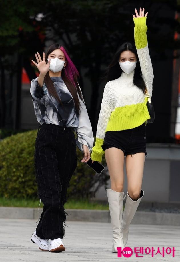 [TEN 포토] 있지 예지-유나 '시선 사로잡는 출근길'