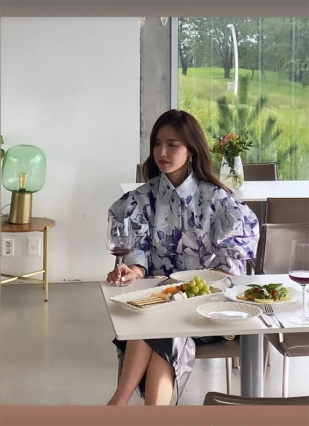 '금융맨♥' 공현주, 와인잔 쥐고 우울한 표정…어깨마저 축 늘어졌네 [TEN★]