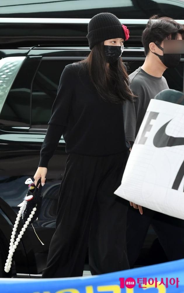 [TEN 포토] 블랙핑크 제니 '화려한 핸드백이 포인트'