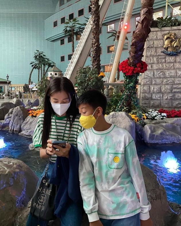 """'정조국♥' 김성은, 듬직한 12살 첫째 아들과 놀이공원 데이트 """"엄마가 더 신났네"""" [TEN★]"""