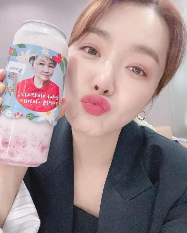 """'인교진♥' 소이현, '38세 딸둘맘'의 딸기빛 입술 """"사랑합니다"""" [TEN★]"""
