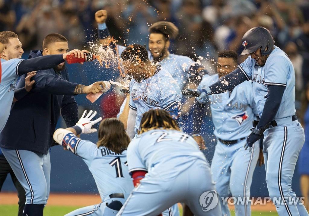 '2-8→11-10' MLB 토론토, 오클랜드에 극적인 역전승