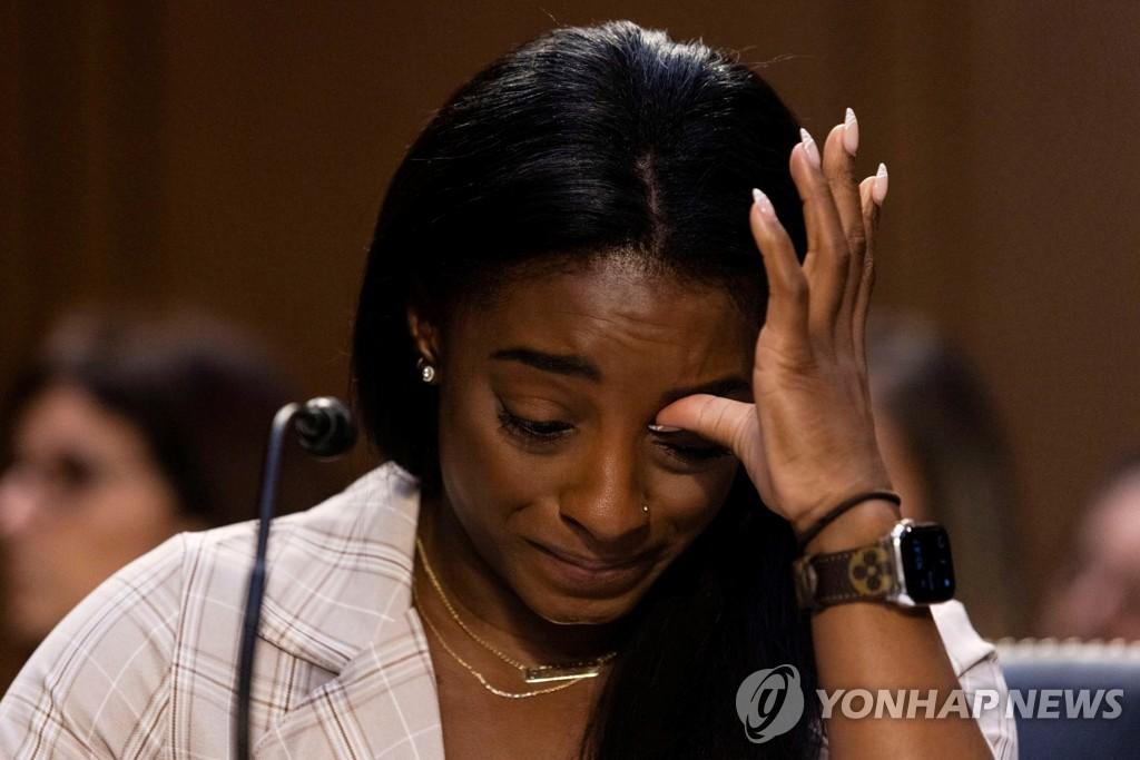 미 체조선수들 성폭력 부실수사 규탄…바일스 눈물의 증언
