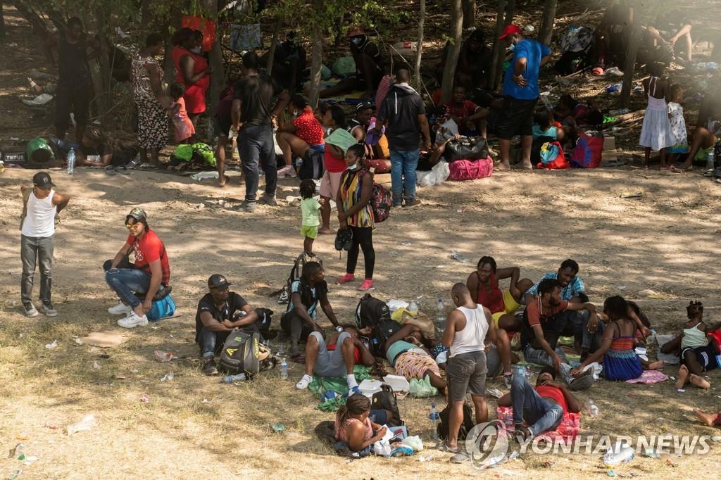 미 텍사스 국경에 아이티 이주자 8천명 '난민촌' 형성