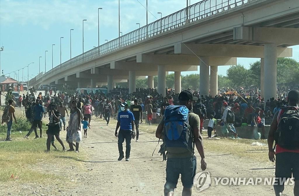 """텍사스국경에 아이티 난민 1만명 몰려…미국 """"추방할 것"""""""