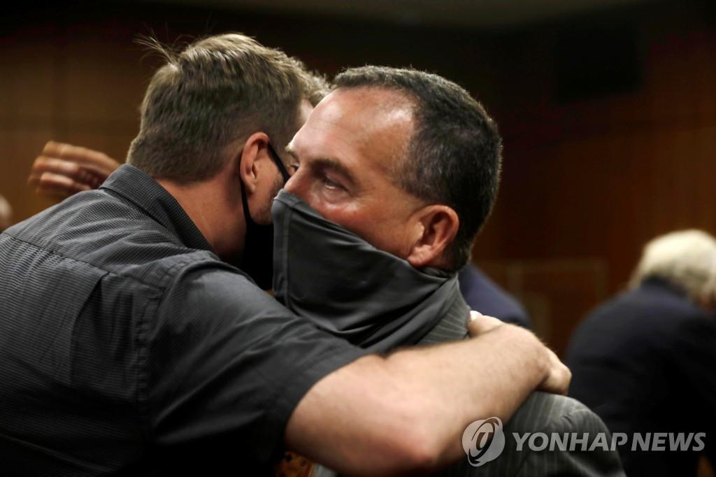 [고침] 국제('다큐 촬영중 자백' 미 갑부, 21년만에 친구…)