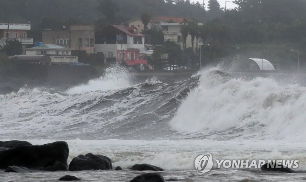 제주도 태풍 '찬투' 직접 영향권…하늘·바닷길 차질