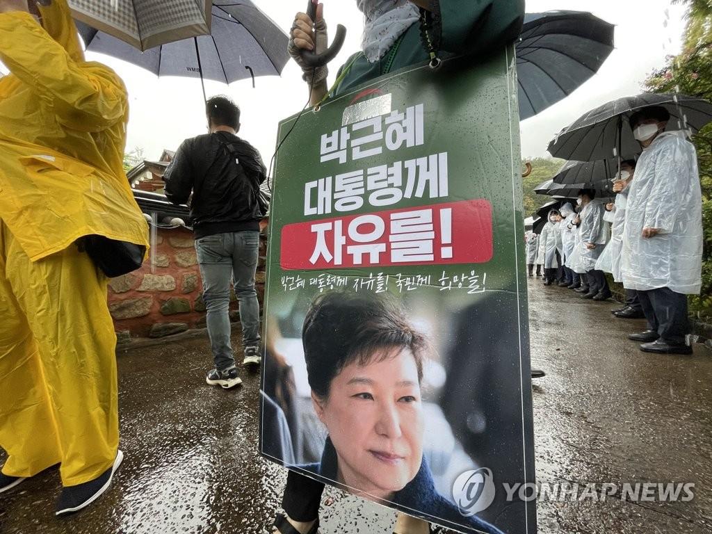"""박정희 생가서 윤석열에 욕설·몸싸움…""""반역자 꺼져라""""(종합)"""