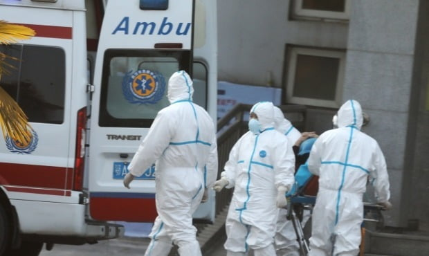 중국 우한에서 코로나19 감염이 확인된 후 방역 활동을 펼치는 의료진/사진=연합뉴스