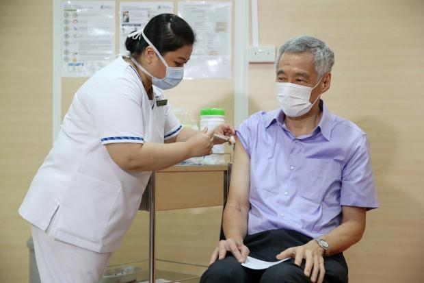코로나19 백신 접종받는 리셴룽 싱가포르 총리 사진=연합뉴스