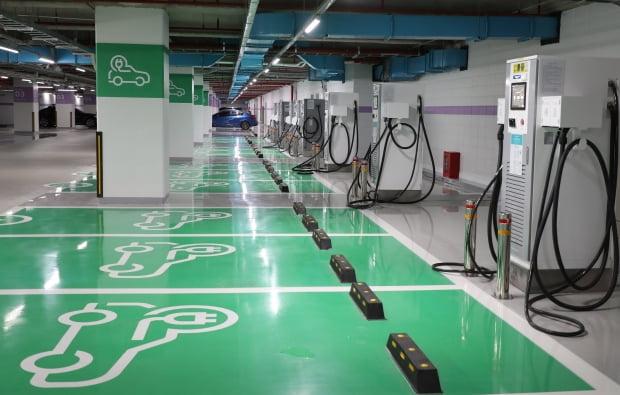 코엑스 지하 3층 주차장에 마련된 전기차 급속충전소 모습. 사진=연합뉴스