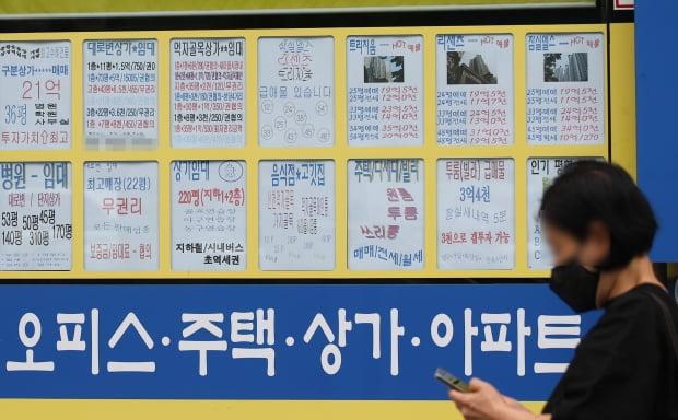 서울 송파구의 한 공인중개사에 붙은 매매 및 전세가격표 모습. /연합뉴스