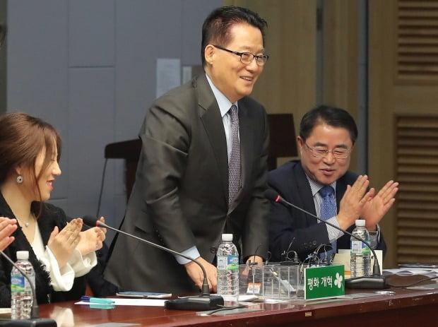 박지원 국가정보원장이 11일 '고발 사주' 의혹 제보자인 조성은 전 미래통합당(왼쪽.현 국민의힘) 선거대책위원회 부위원장과 만나기는 했지만 해당 의혹에 대해선 전혀 얘기를 나누지 않았다고 밝혔다. 사진=연합뉴스