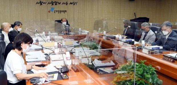 송두환 신임 인권위원장이 13일 오후 서울 중구 국가인권위원회에서 열린 제16차 전원위원회를 주재하고 있다. [사진=공동취재단/연합뉴스]