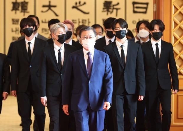 지난 14일 대통령 특별사절 임명장을 받고 문재인 대통령(맨앞)과 함께 걸어가는 BTS. /사진=연합뉴스