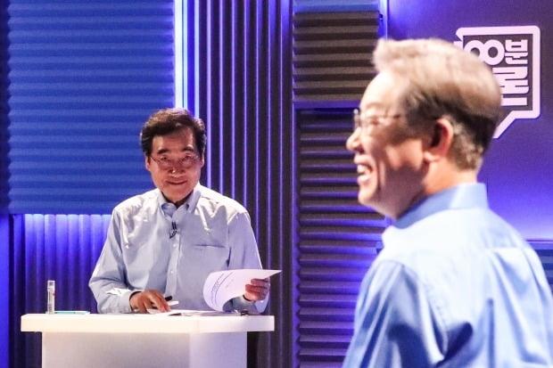 이낙연(왼쪽)·이재명 더불어민주당 대선 경선 후보가 지난 14일 서울 마포구 상암동 MBC에서 토론을 준비하고 있다. 사진=연합뉴스.