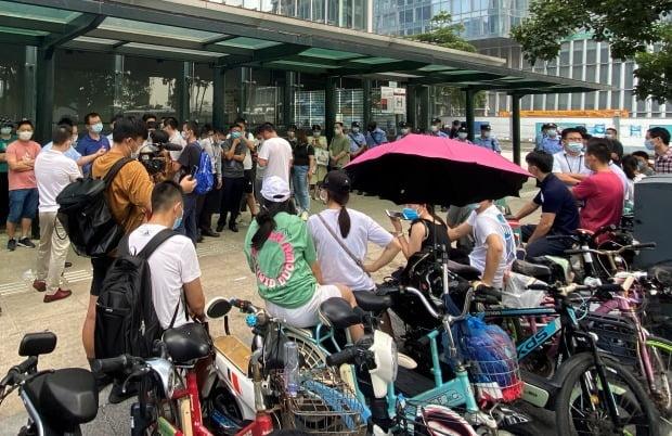 중국 헝다그룹 본사 앞에 모여든 투자자들. / 사진=연합뉴스