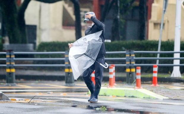 태풍 '찬투'가 제주를 강타한 17일 오전 제주시 내 거리에서 강한 비바람을 뚫고 한 시민이 힘겹게 걸어가고 있다. [사진=연합뉴스]