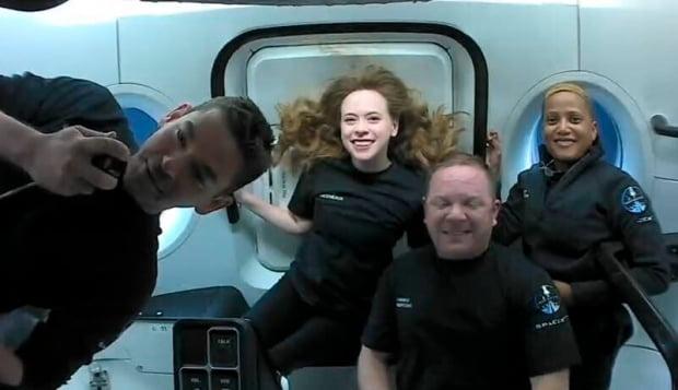 미국 우주 탐사기업 스페이스X의 우주선 '크루 드래건'에 탑승한 민간인 4명이 17일(현지시간) 우주의 무중력 상태에서 사진 촬영을 위해 포즈를 취하고 있다. 사진=연합뉴스