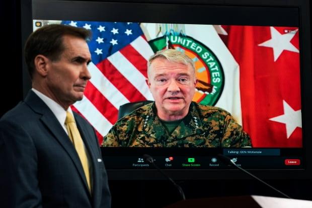 지난달 30일 존 커비(왼쪽) 미국 국방부 대변인이 경청하고 있는 가운데 매켄지 사령관이 화상을 통해 아프간 철군 작전에 대해 브리핑하는 모습. 사진=연합뉴스