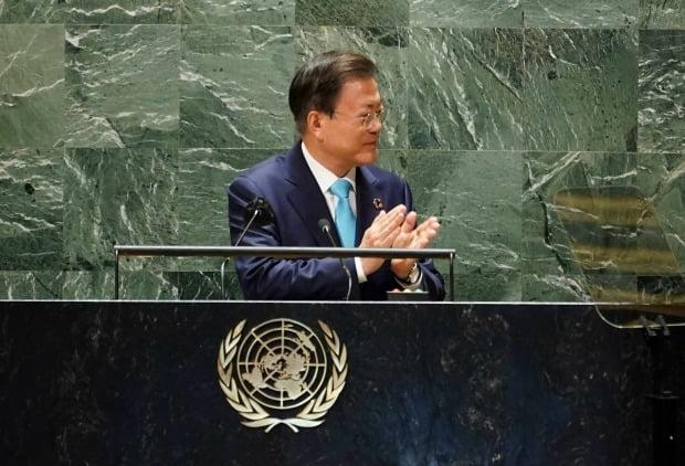뉴욕 유엔본부 총회장에서 열린 'SDG 모멘트'에서 그룹 방탄소년단을 소개하고 있는 문재인 대통령 /사진=연합뉴스