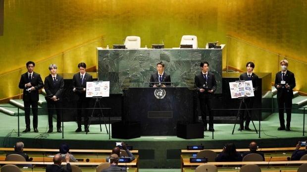 그룹 BTS(방탄소년단)가 지난 20일(현지시각) 뉴욕 유엔본부 총회장에서 열린 제2차 지속가능발전목표(SDG)고위급회의 개회식에서 발언하고 있다. 왼쪽부터 뷔, 슈가, 진, RM, 정국, 지민, 제이홉. [사진=연합뉴스]