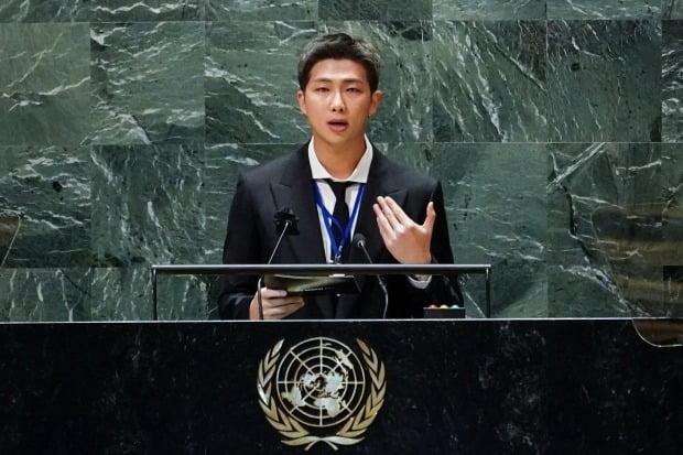 그룹 BTS(방탄소년단)의 리더 RM이 지난 20일(현지시각) 미국 뉴욕 유엔본부 총회장에서 열린 제2차 지속가능발전목표(SDG) 고위급회의 개회식에서 발언하고 있다. [사진=연합뉴스]
