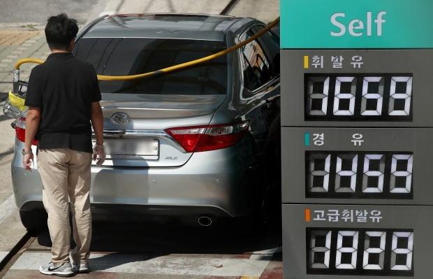 서울 시내 한 주유소에서 시민이 차량에 기름을 넣고 있다. 사진=연합뉴스