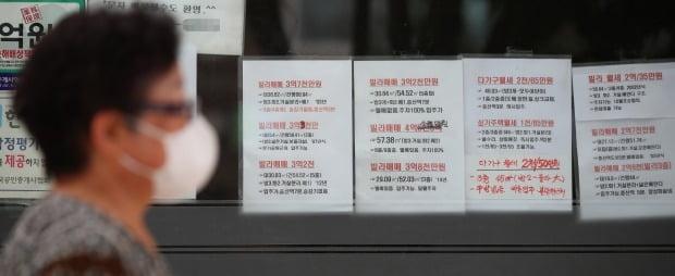 서울 은평구의 한 부동산중개업소 유리창에 빌라 매매정보가 붙어 있다. /연합뉴스