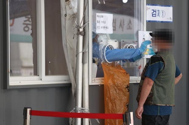 서울역 광장에 마련된 중구임시선별검사소에서 의료진이 검체를 채취하고 있다. 사진=연합뉴스