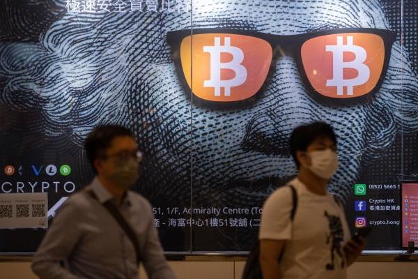 중국 정부가 암호화폐에 대한 강력한 단속을 경고한 가운데 홍콩 시민들이 지난 24일 시내에 있는 비트코인 광고 간판을 지나고 있다. EPA연합뉴스