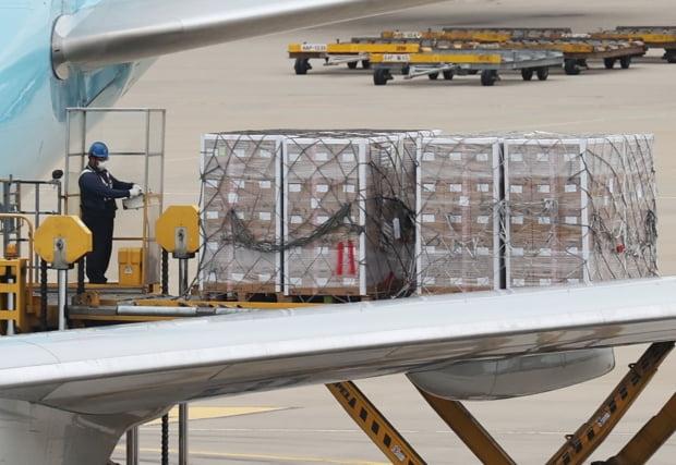 25일 오후 인천공항 화물터미널에 모더나 백신 107만1000회분이 도착했다. 사진=연합뉴스