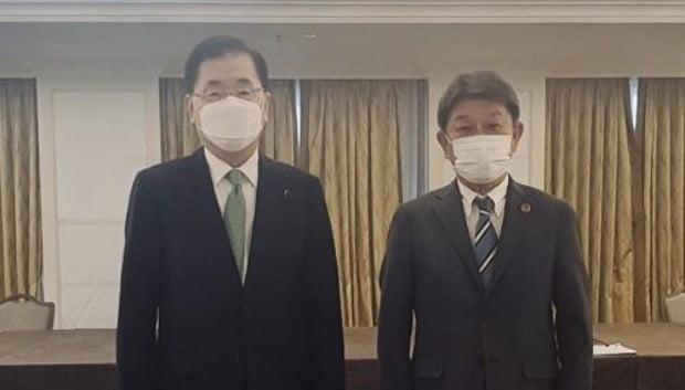 정의용 외교부 장관(왼쪽)과 모테기 도시미쓰 일본 외무상이 지난 5월 5일 영국 런던에서 한일 외교장관 회담을 한 뒤 포즈를 취하고 있다. 연합뉴스
