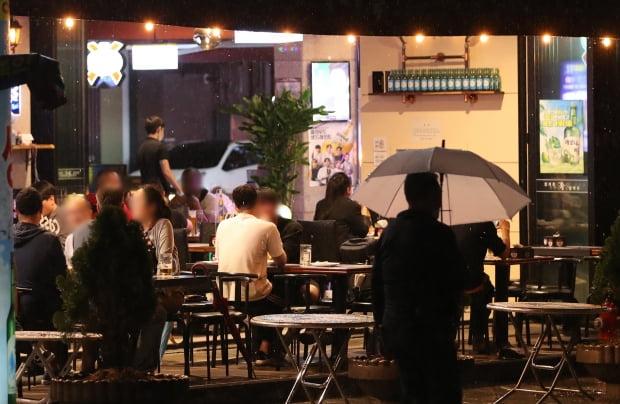서울 종로구 한 주점에 시민들이 식사를 하고 있다. 사진=뉴스1