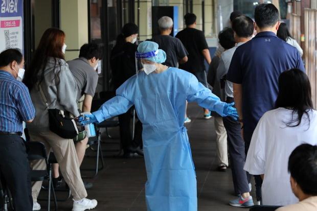 서울 송파구보건소에 마련된 선별진료소에서 의료진이 신종 코로나바이러스 감염증(코로나19) 검사를 안내하고 있다.(사진=뉴스1)